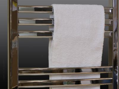 Kraftiga & kromade ovala stålrör med stor plats för torkning av handdukar.